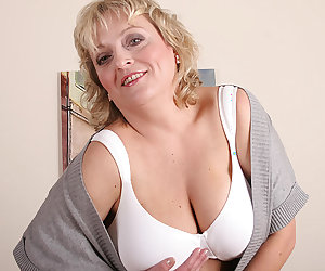Big titted mama showing off her hot full body