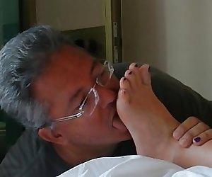 Mikropenis Michael leckt Manuelas Fuesse
